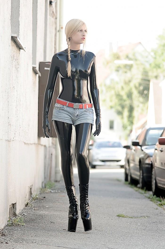 En galeria: Chicas candentes en ajustada ropa de látex