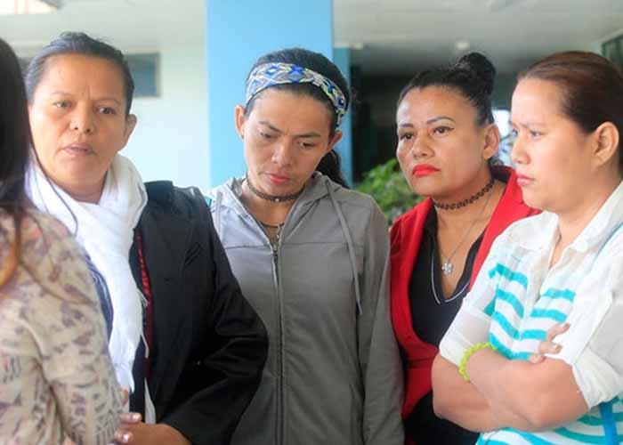 mujeres chupando familia adoptiva