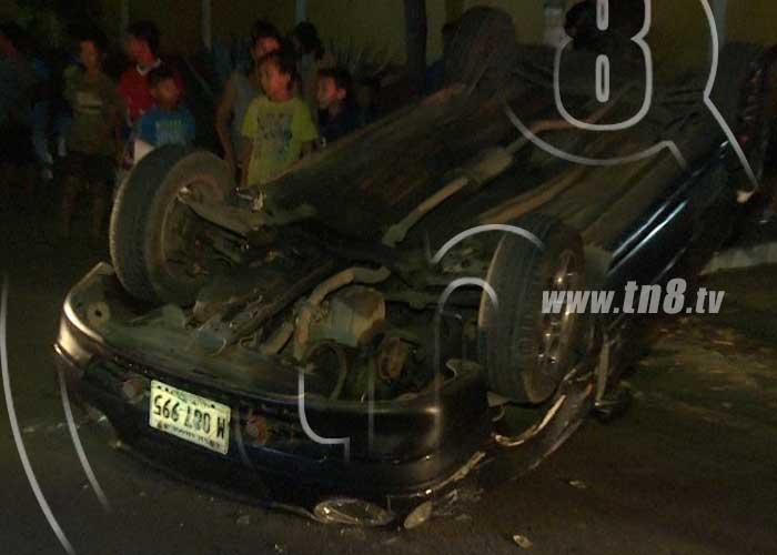 Conductor se vuelca en el sector de Veracruz y termina prensado - TN8 Nicaragua
