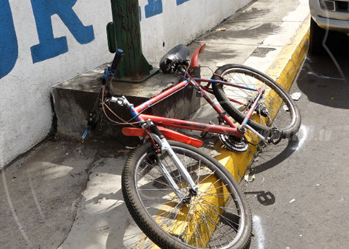 Ciclista se estrella contra puerta de vehículo en Carretera a Masaya - TN8 Nicaragua