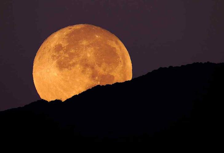 Astrónomo aficionado graba 3 objetos no identificados cerca de la Luna