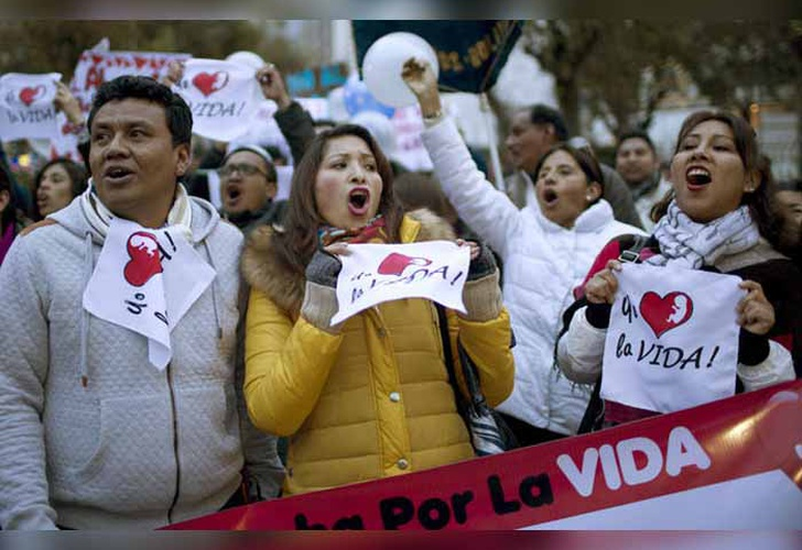 Una multitud marcha contra el aborto en Santa Cruz