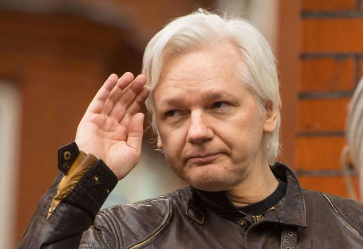 Gobierno restablece las comunicaciones de Assange