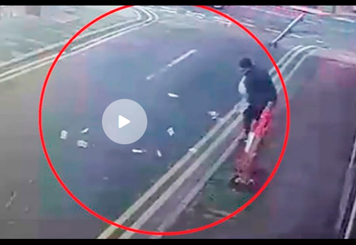 Ráfaga de Viento se lleva dinero que acababa de robar — Video Viral
