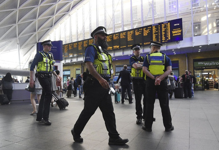 La policía interroga a once sospechosos — Atentado en Manchester