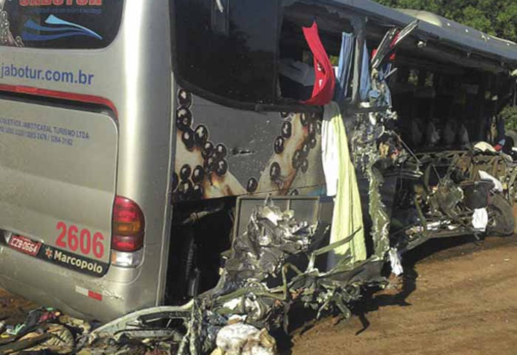 Suben a 21 los muertos en un accidente múltiple en Brasil