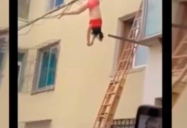 YouTube: Insólito final de amante semidesnuda que quiso huir por la ventana