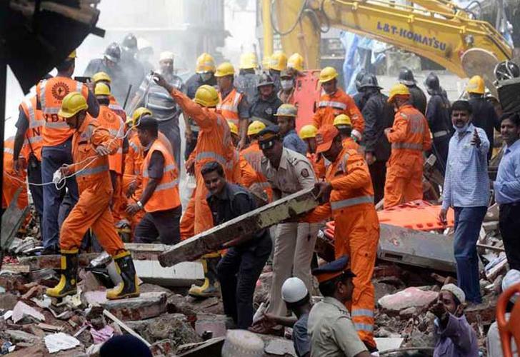 Derrumbamiento de edificio deja 10 muertos en Bombay