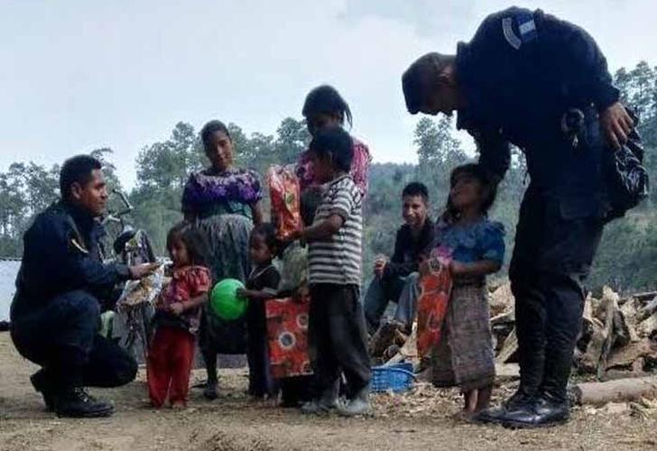 A De Policías Regalan Pobres Niños Juguetes Guatemala wvmN0nOy8