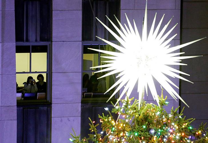 Encienden el árbol navideño del Rockefeller Center de Nueva York