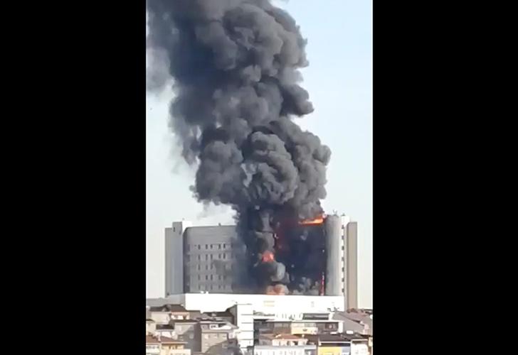 Voraz incendio consume varias plantas de un Hospital en Estambul