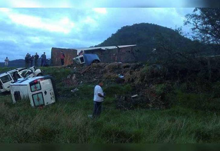 Chocan camión, autobús, ambulancias; hay 21 muertos — Brasil