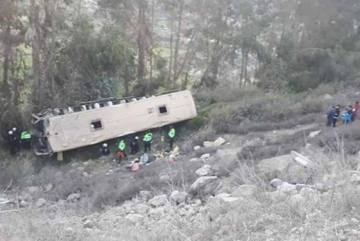 accidente de transito en peru, bus interprovincial, bus volcado en arequipa,