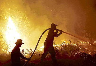 Indonesia lucha para extinguir los enormes incendios forestales