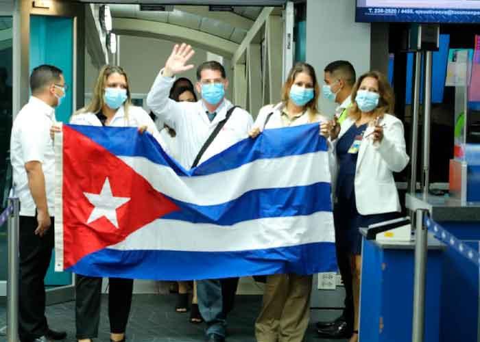 Más de 200 médicos cubanos llegan a Panamá para combatir al Covid