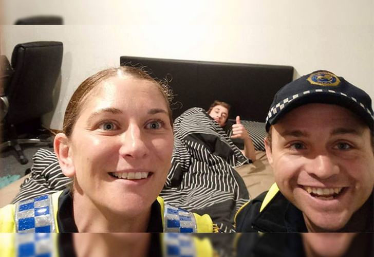 Policías llevan a ebrio a su casa y toman 'selfie' del recuerdo