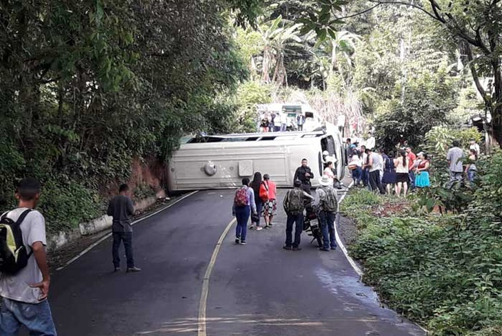 accidente de transito, el salvador, ninos lesionados, cabanas, sucesos, centroamerica, microbus accidentado,