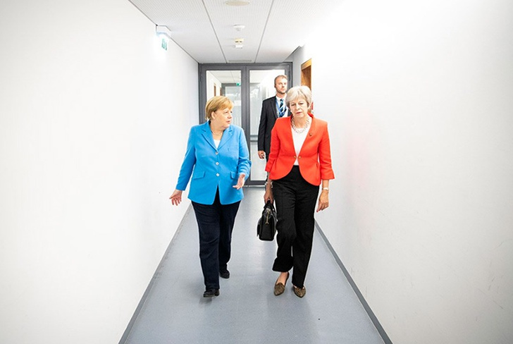 angela merkel, theresa may, saludo, estrecho de manos, austria, cumbre, union europea,