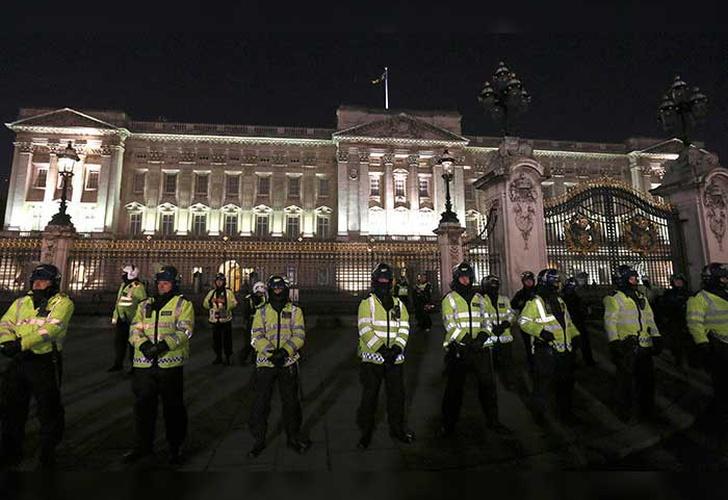 Hombre armado hiere a dos policías afuera de Buckingham