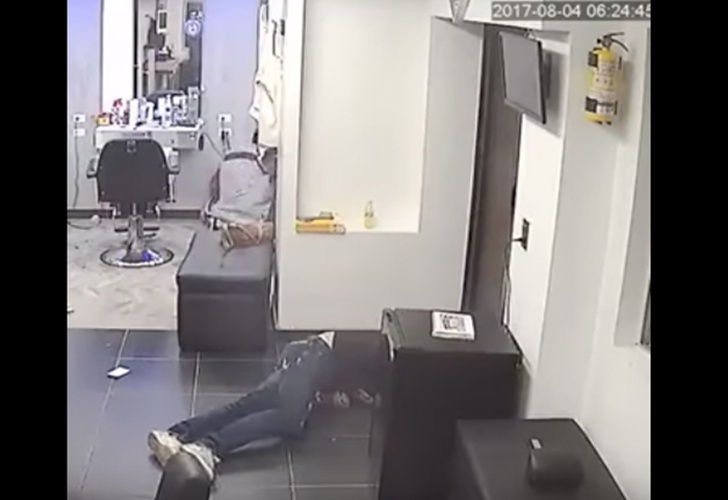 Asesinan a balazos a sujeto que esperaba su turno en peluquería