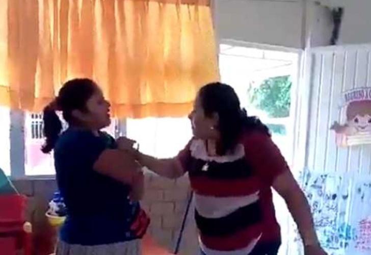 Maestra y madre de familia se pelean a golpes