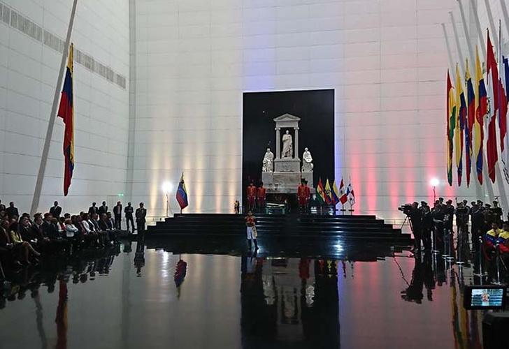 Presidente Maduro y autoridades rinden honores a Bolívar en el Panteón