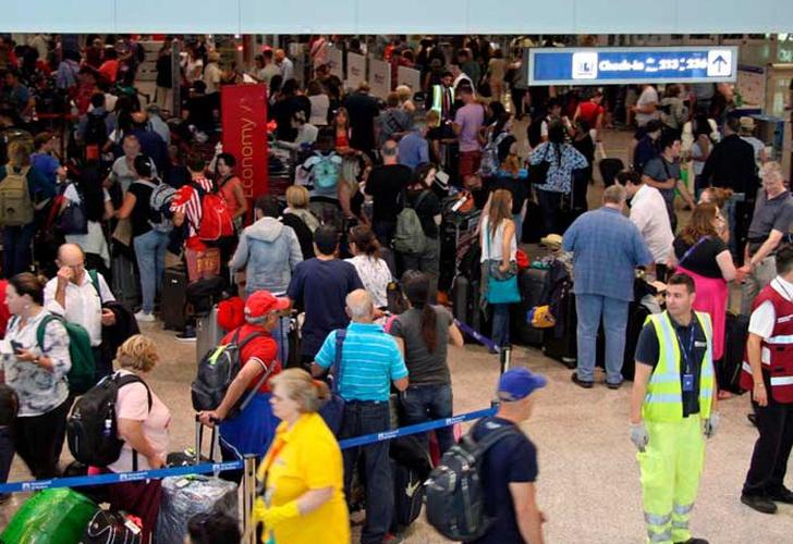 Caos en aeropuertos del mundo por la caída de sistemas informáticos