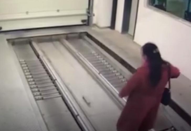 Mujer despistada entra a un garage automático y la atropellan