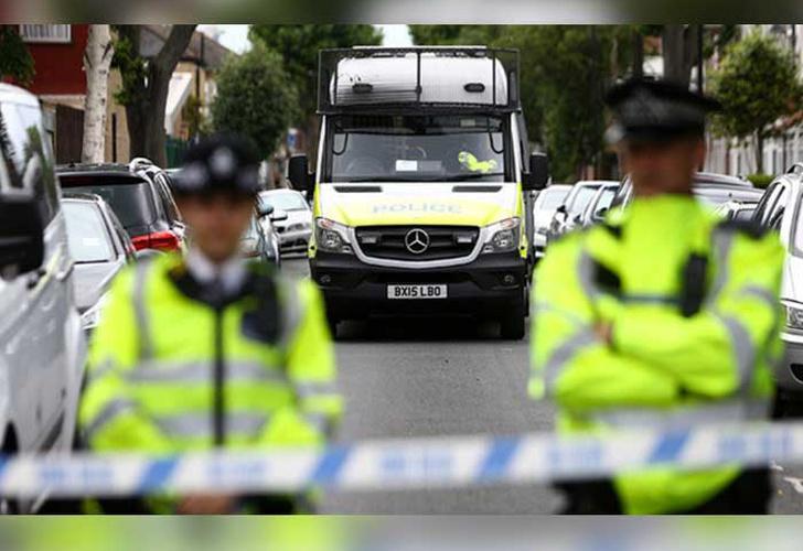 Hombre con un cuchillo retiene a rehenes en el Reino Unido