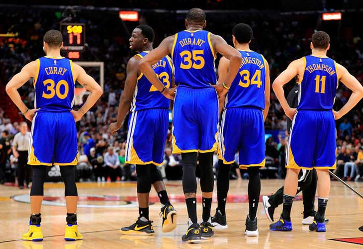 Warriors trituran a Spurs