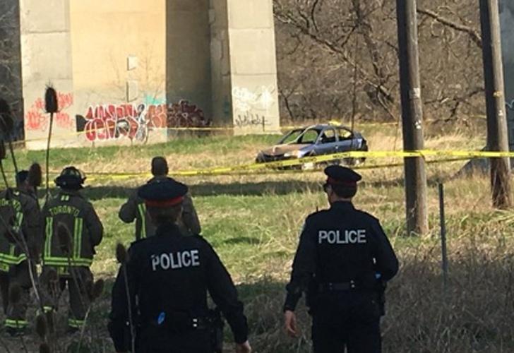 Misterio: apareció un auto colgado de un puente