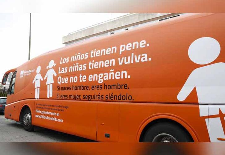 Gobierno asegura que bus con mensajes transfóbicos podrá circular pero no detenerse