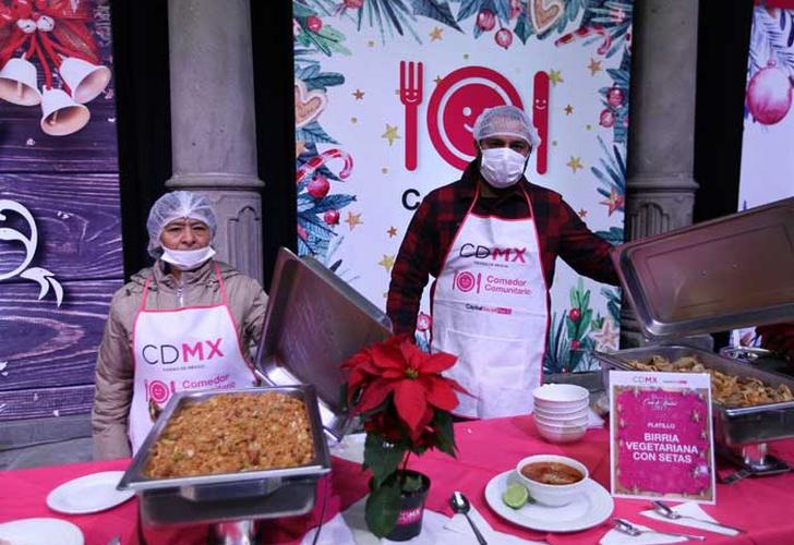 Con brindis, Mancera inicia cena navideña en el Zócalo