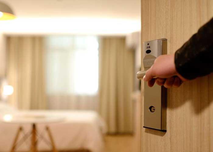 Mujer descubre cámara oculta en el baño del hotel donde se ...