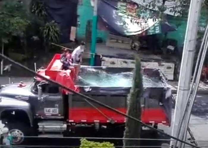 colombia, piscina, cuarentena, volquete, video, viral, redes sociales,
