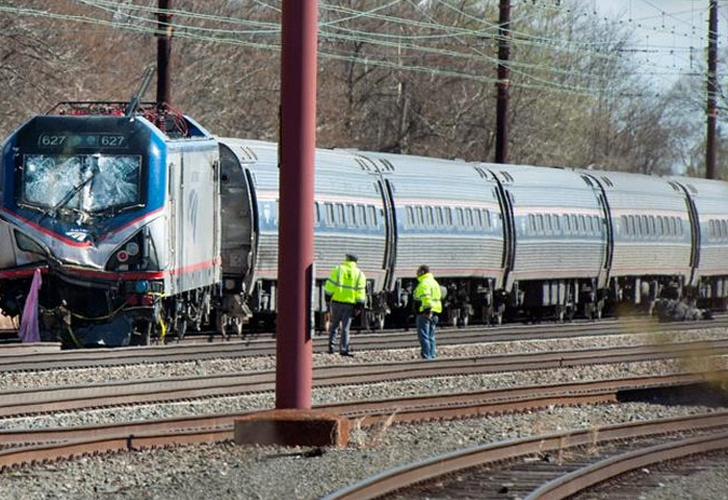 Chocan dos trenes en Filadelfia; hay 42 heridos