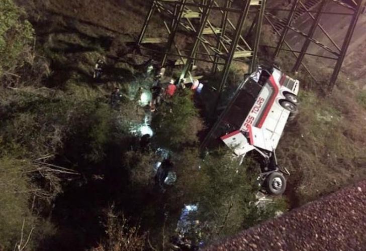 Cae autobús escolar a barranco; un muerto y varios lesionados en Texas