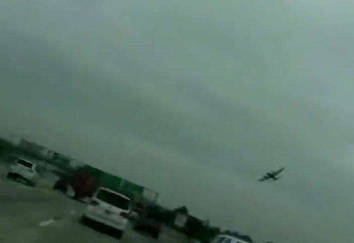 Avión se estrella en una autopista en California