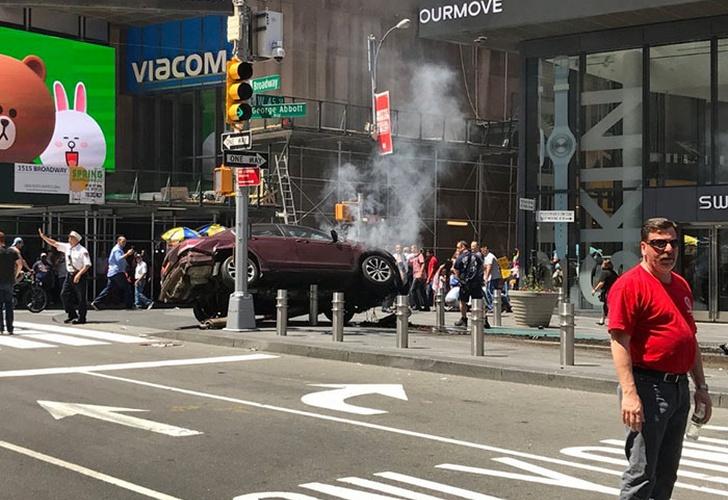 Automóvil atropella a peatones en Times Square