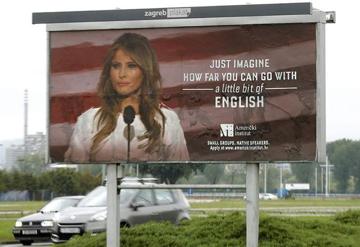 Utilizan imagen de Melania Trump en letreros satíricos