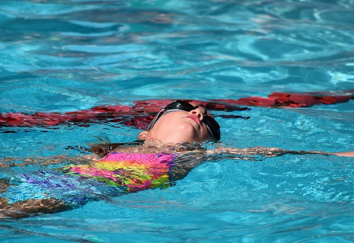 Un bebé se ahogó delante de sus instructoras