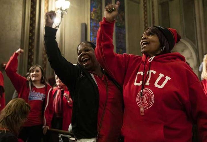 Maestros se van a huelga indefinida en Chicago, EE.UU