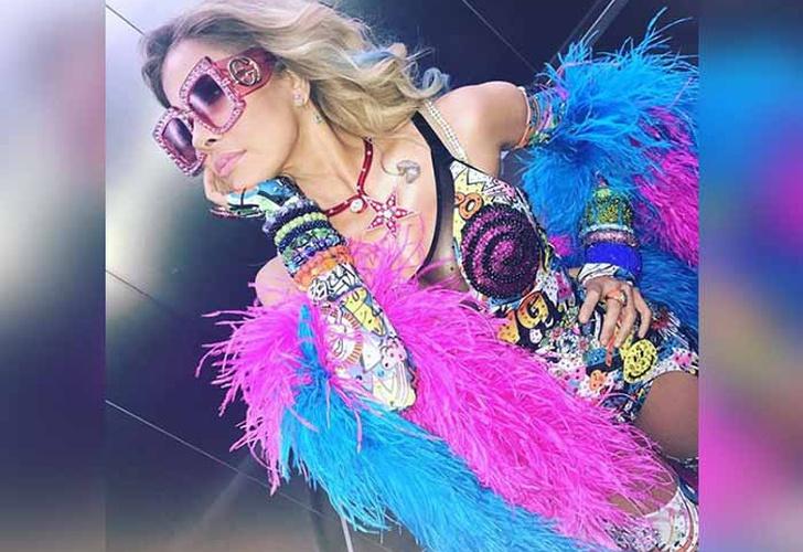 cantante mexicana, gloria trevi, gloria trevi con traje de plumas, gloria trevi con lentes, gloria trevi con el cabello suelto,