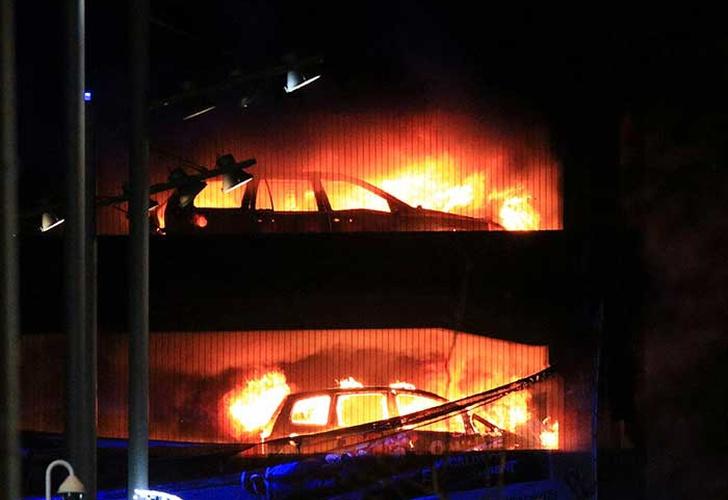 Incendio destruye cientos de vehículos en estacionamiento de Liverpool