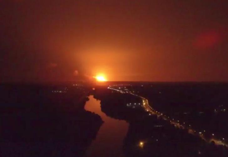 Evacuaciones tras un incendio y explosiones en un gran almacén militar — Ucrania