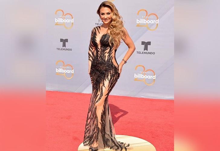 8c20ec5011 Aracely Arámbula impactó con sexy vestido en los premios Billboard