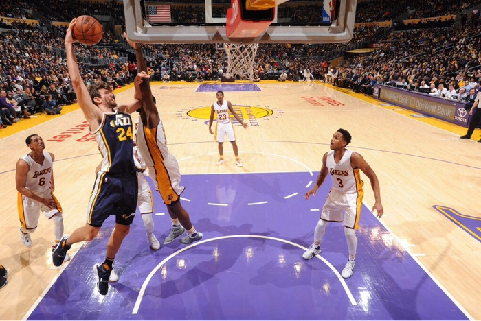 None-Jazz vence a Lakers para frenar mala racha