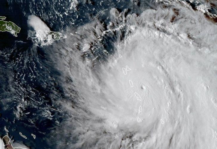 Lee es huracán de categoría 1 y María baja a categoría 2