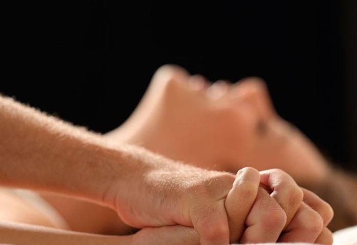 Una mujer sufre un derrame cerebral después de experimentar un orgasmo