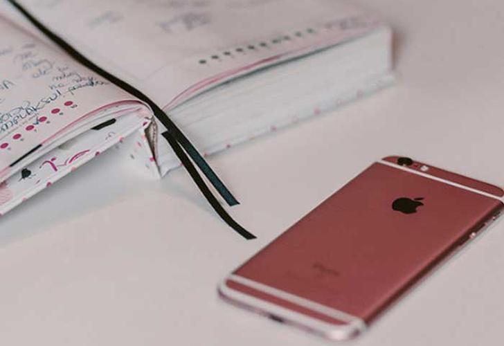 Adolescente muere electrocutada por fallas en el cargador del iPhone